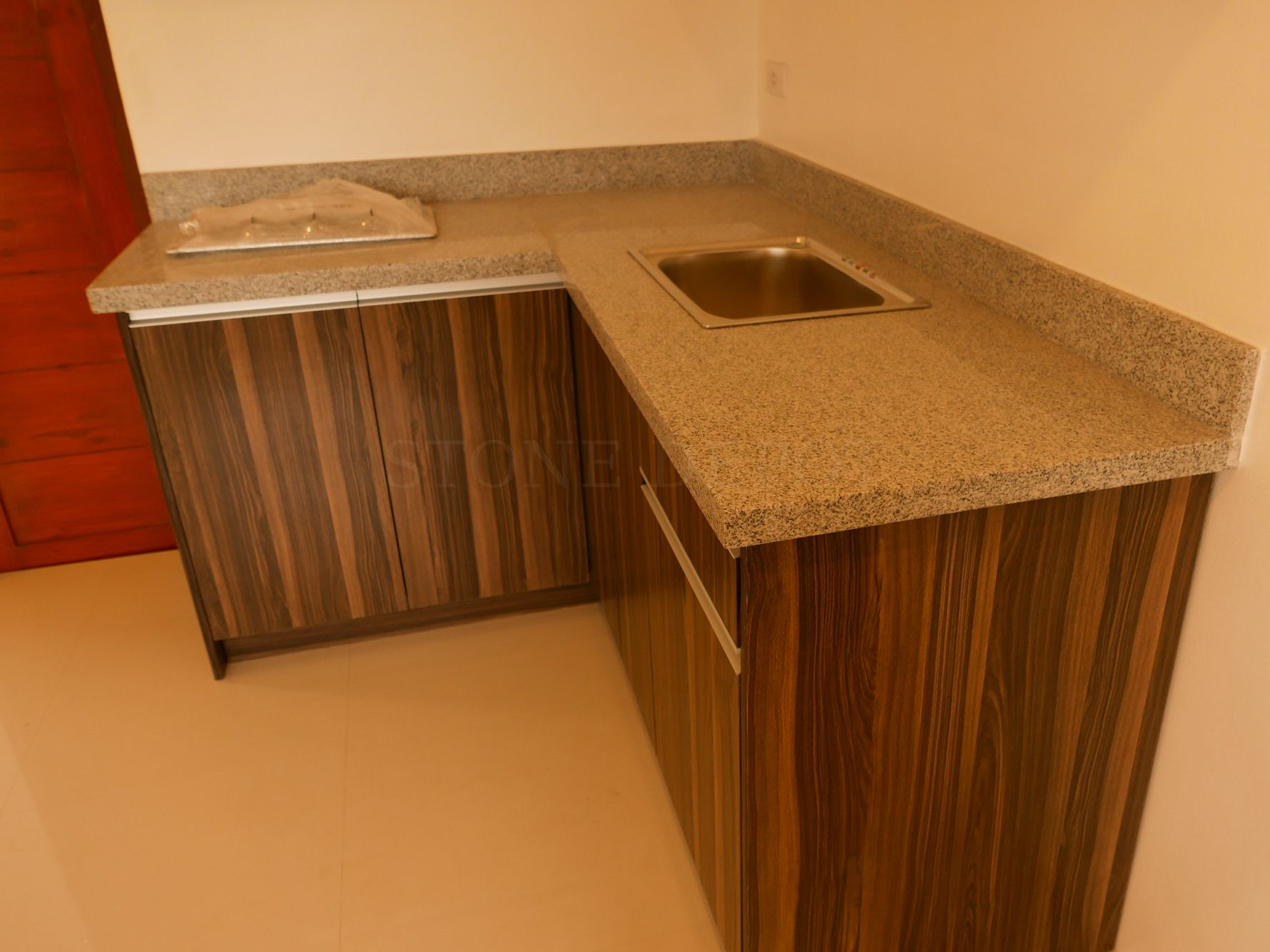 An L Shaped Salt And Pepper Granite Countertop With A Laminated Eased Edge Profile And A 4 Backspla Granite Countertop Edges Granite Countertops Countertops