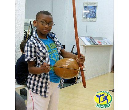 cours de chant pour enfant à Paris avec instruments du brésil et capoeira.