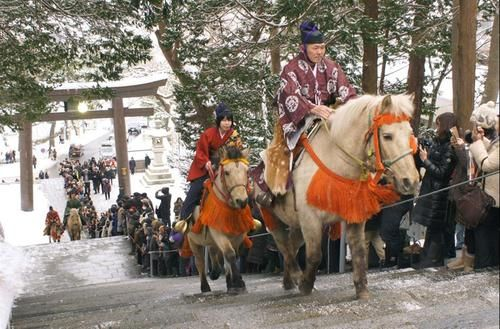 Dosanko horses make their hatsumode trek (first shrine visit of the year) in Hokkaido. From http://meninkimono.tumblr.com/