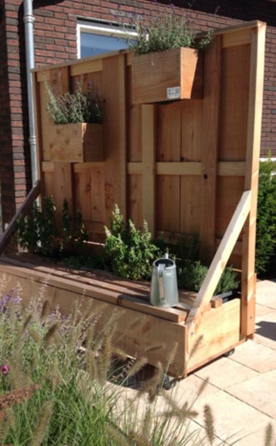 Verrijdbare schutting met bankje en plantenvakken handig for Verplaatsbaar huis