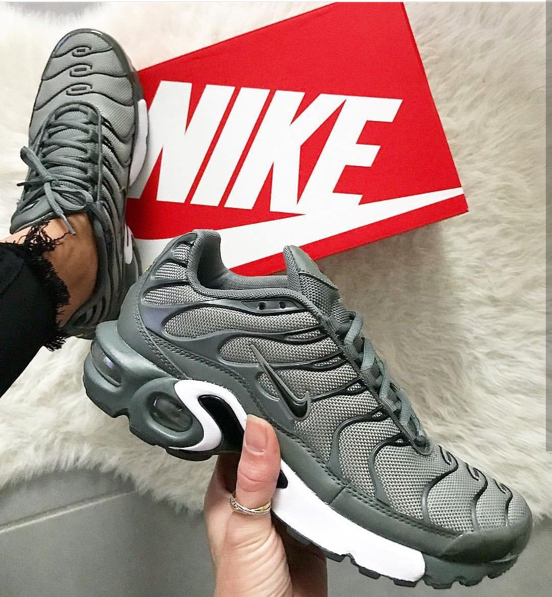 Nike Air Max Plus in olive // Foto: fanamss Instagran clothes