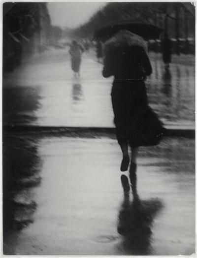 Brassaï-Passers-by in the rain, 1935