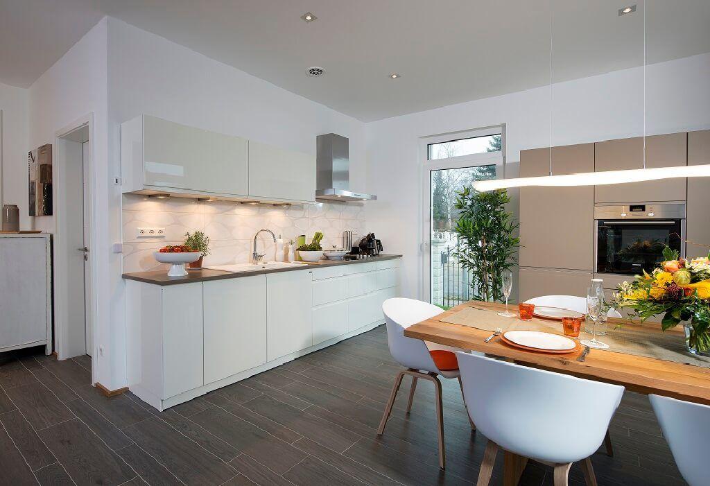 offene k che modern wei mit esstisch aus holz einrichtungsideen villa k penick heinz von. Black Bedroom Furniture Sets. Home Design Ideas