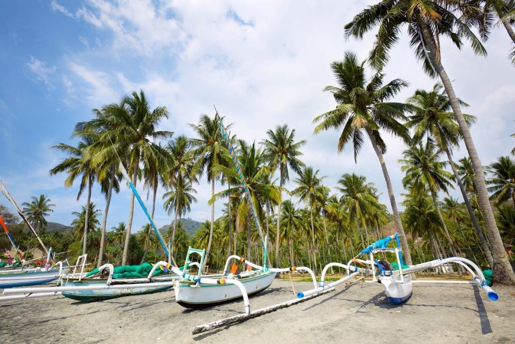 Fiskerbåde på stranden i Bali