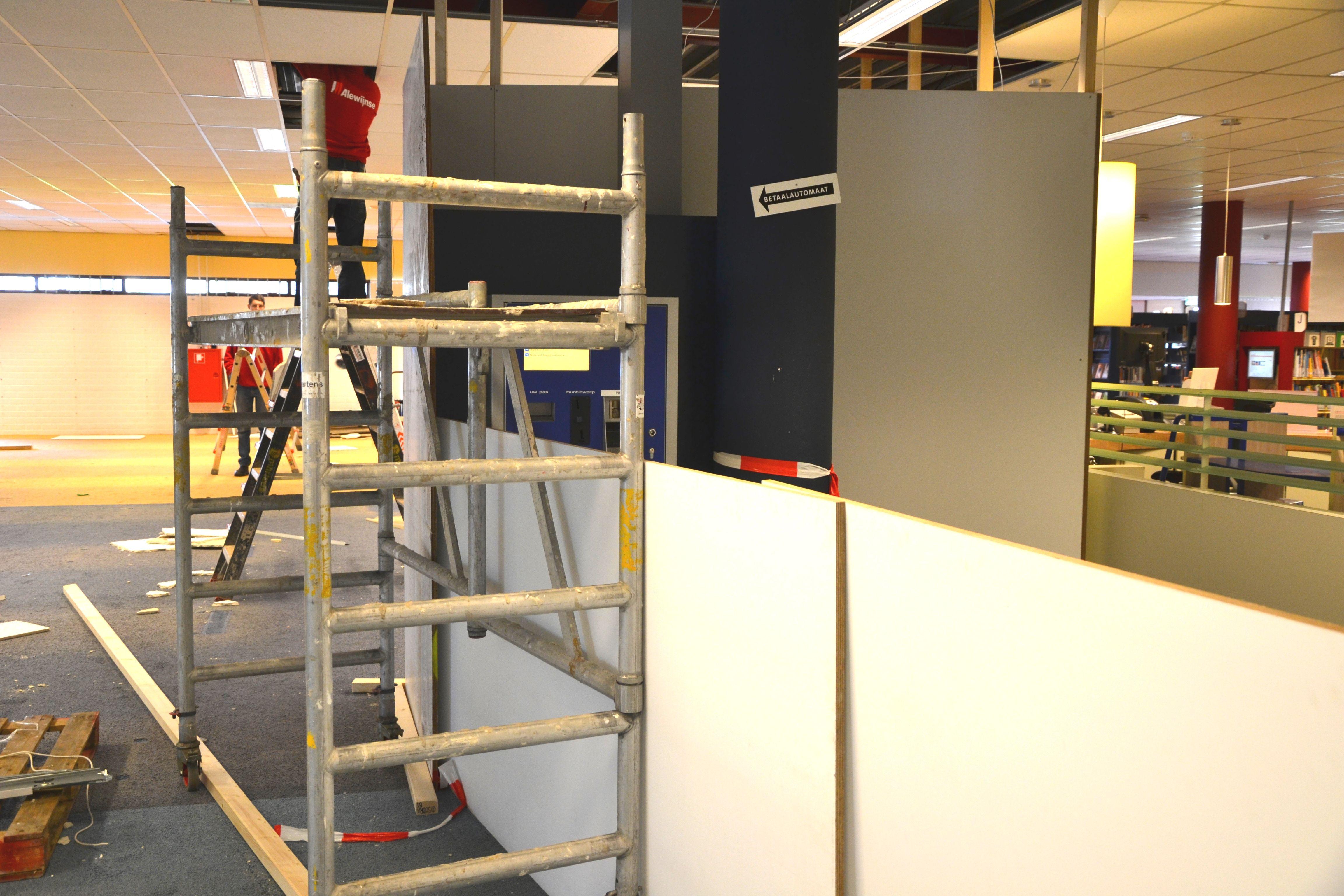 De brandbeveiliging wordt aangepast vanwege het stofschot en de nieuwe indeling van de tijdelijke bibliotheek.