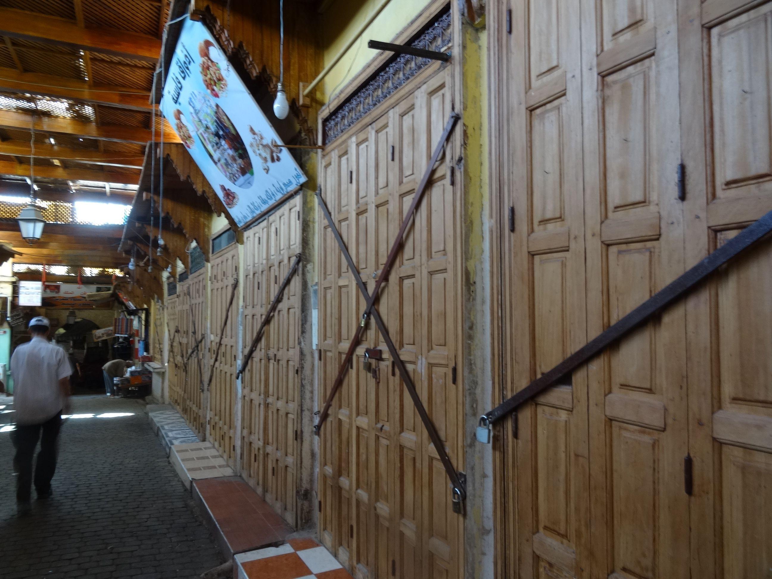 Bazar de la medina cerrado durante la llamada a la oración de los viernes