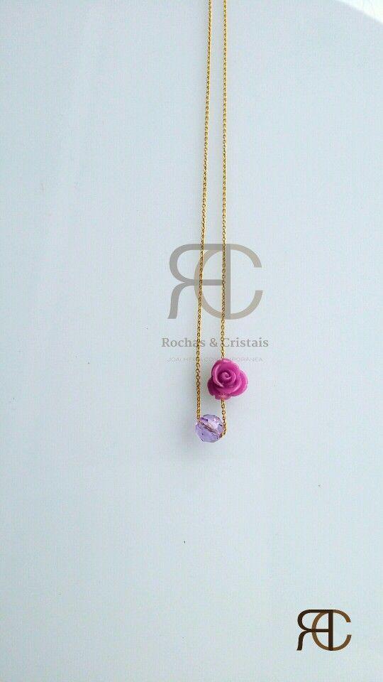 Colar com fio dourado, flor em resina e cristal swarovski lilás - Rochas e Cristais