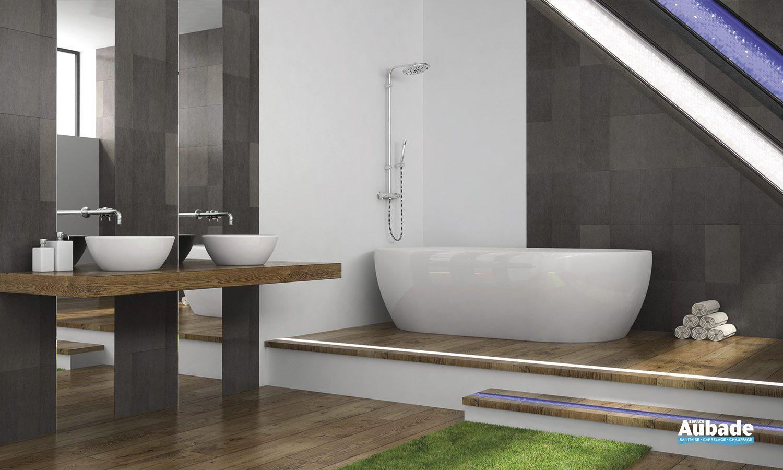 salle de bains spacieuse dot d 39 une belle baignoire il t et d 39 un clairage d coratif europole. Black Bedroom Furniture Sets. Home Design Ideas