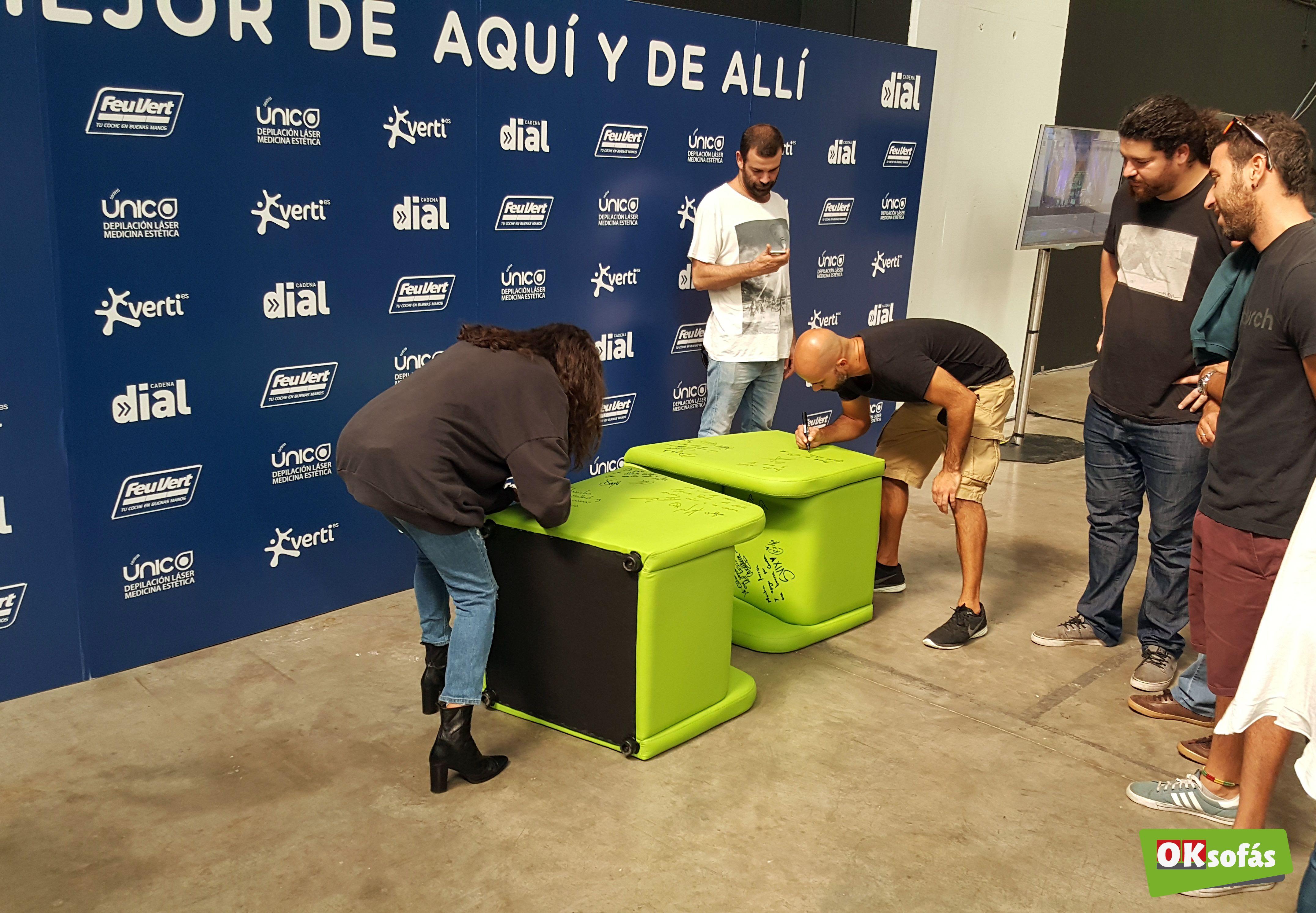 Muchos artistas de los que actuaron el #LoMejorDeAquíYDeAllí firmaron en nuestras butacas. #butacas #sofás #música