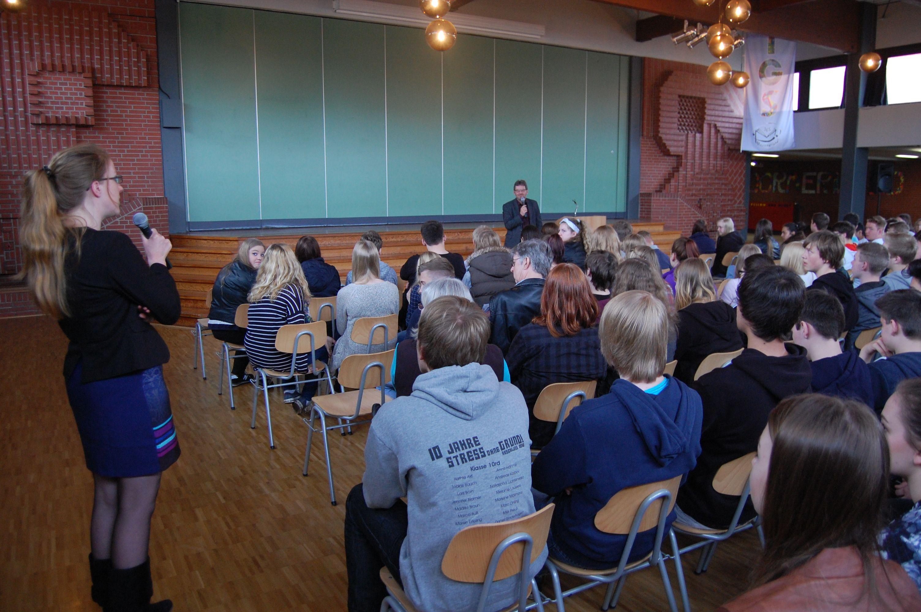 Auch Lehrerinnen durften Fragen stellen -. wie hier Wiebke Vergin. Sie hatte gemeinsam mit Regina Kurz den ersten Besuch eines Bundestagsabgeordneten in der IGS Moormerland organisiert.