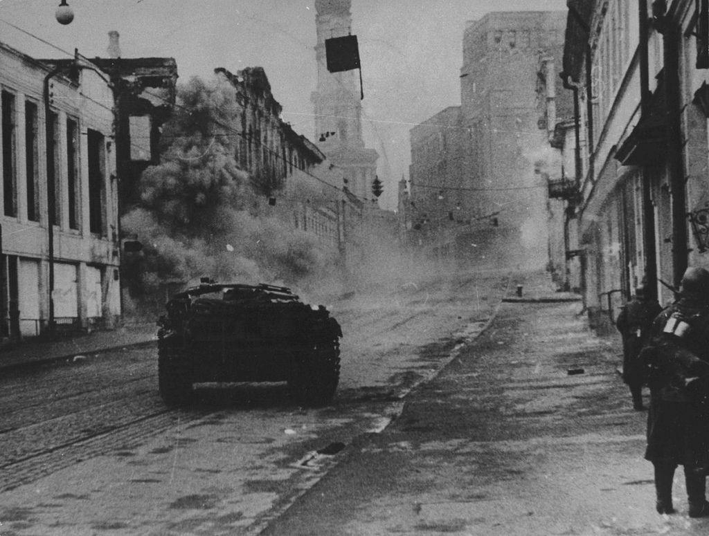   1941, Russie, Kharkov, Un canons automoteur StuG III allemand fait feu sur une maison sur l'avenue de Moscou