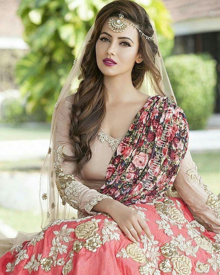 Sana Khan looks stunning in her recent Pakistani wedding