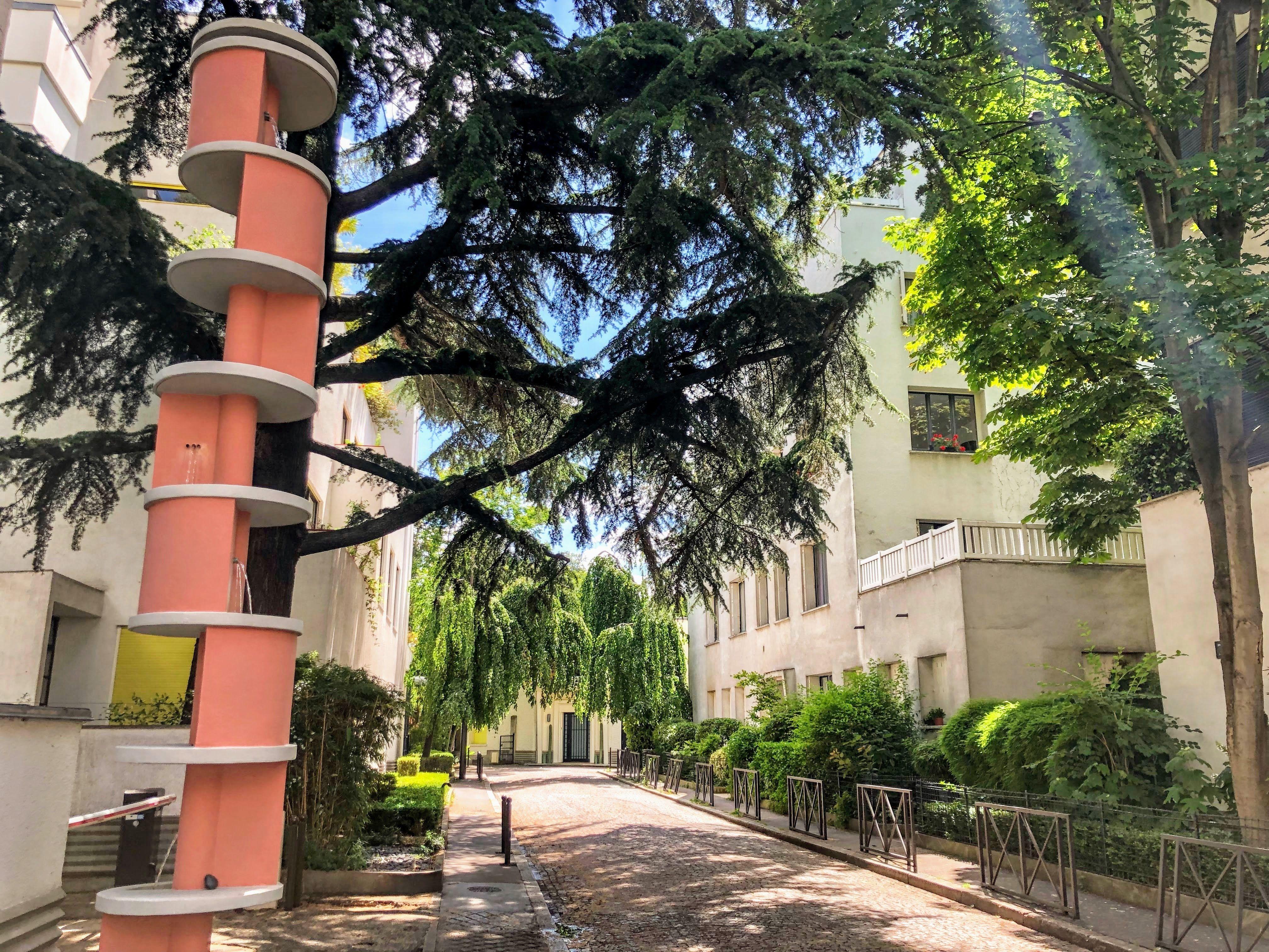 La Fontaine Lumineuse Et La Rue Mallet Stevens En 2020 Les Fontaines Hotel Particulier Paris Photo