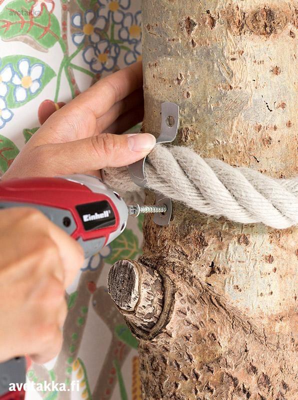 Kiipeilypuu Paksu köysi on hyvä kiipeilyapu vähäoksaisessa puussa. Ruuvaa köysi runkoon molemmista päistä johtokiinnikkeiden avulla.