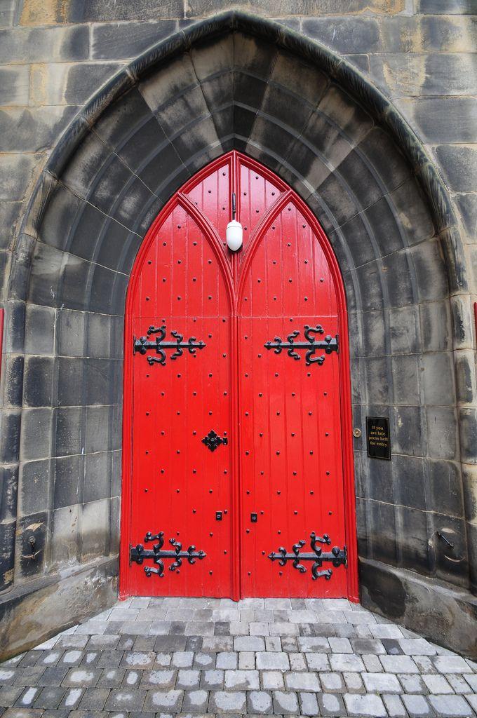 Оригинал взят у marinni в Необычные двери. Мы уже привыкли к стандарту во всем, поэтому, когда смотришь пулы на фликре, где собраны тысячи фото старинных дверей-…