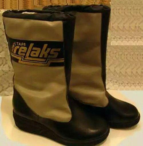 Fascynujace Polaczenie Metalizujacego Ortalionu Z Plastikowa Podeszwa Zlote Logo Z Litere L Stylizowane Na Kij Hokejowy Boots Hunter Boots Rubber Rain Boots