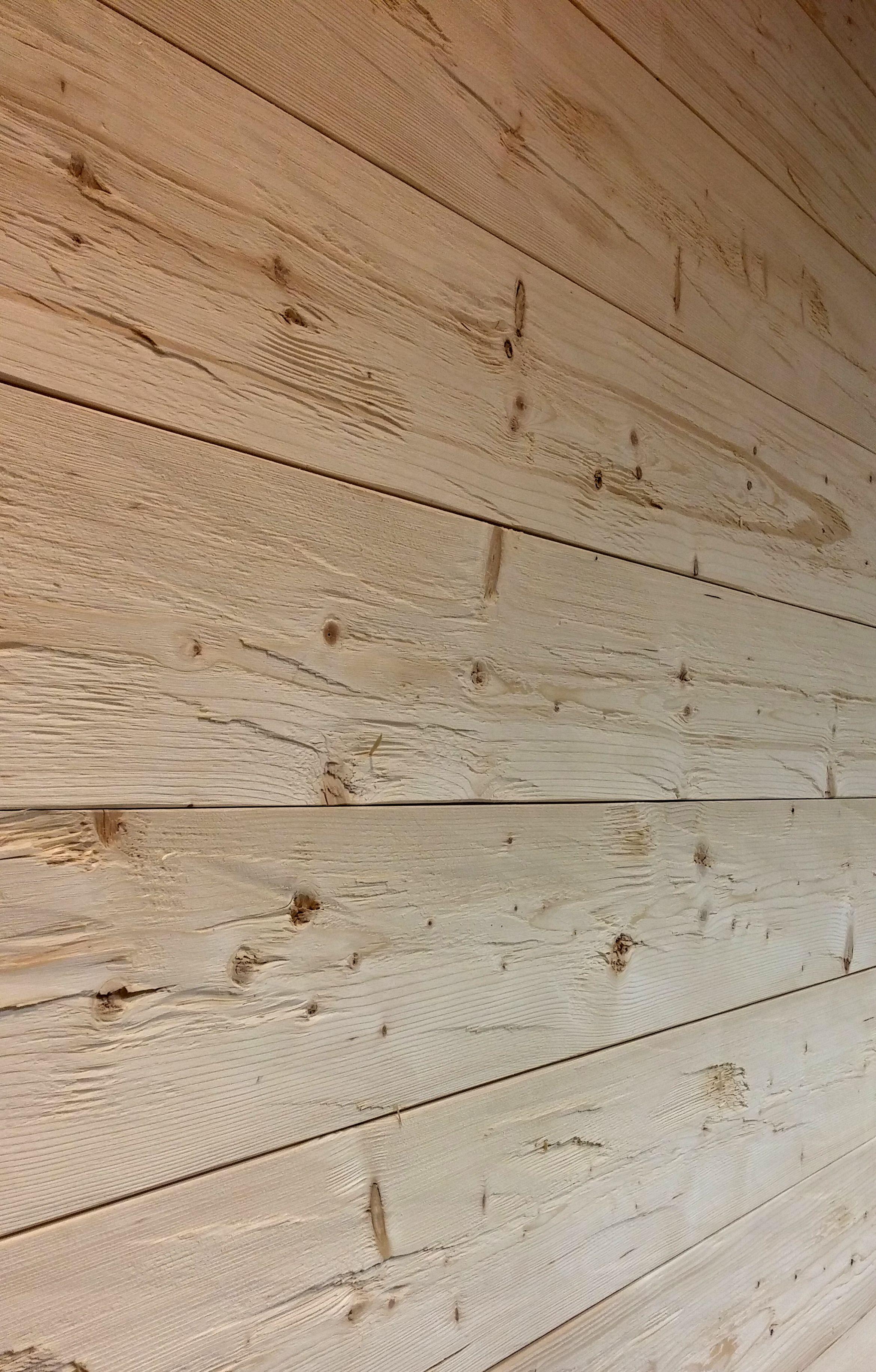 Die Unverwechselbare Oberflachenstruktur Und Haptik Macht Die Naturliche Wandverkleidung Zu Einem Holzwandverkleidung Wand Mit Holz Verkleiden Holzvertafelung