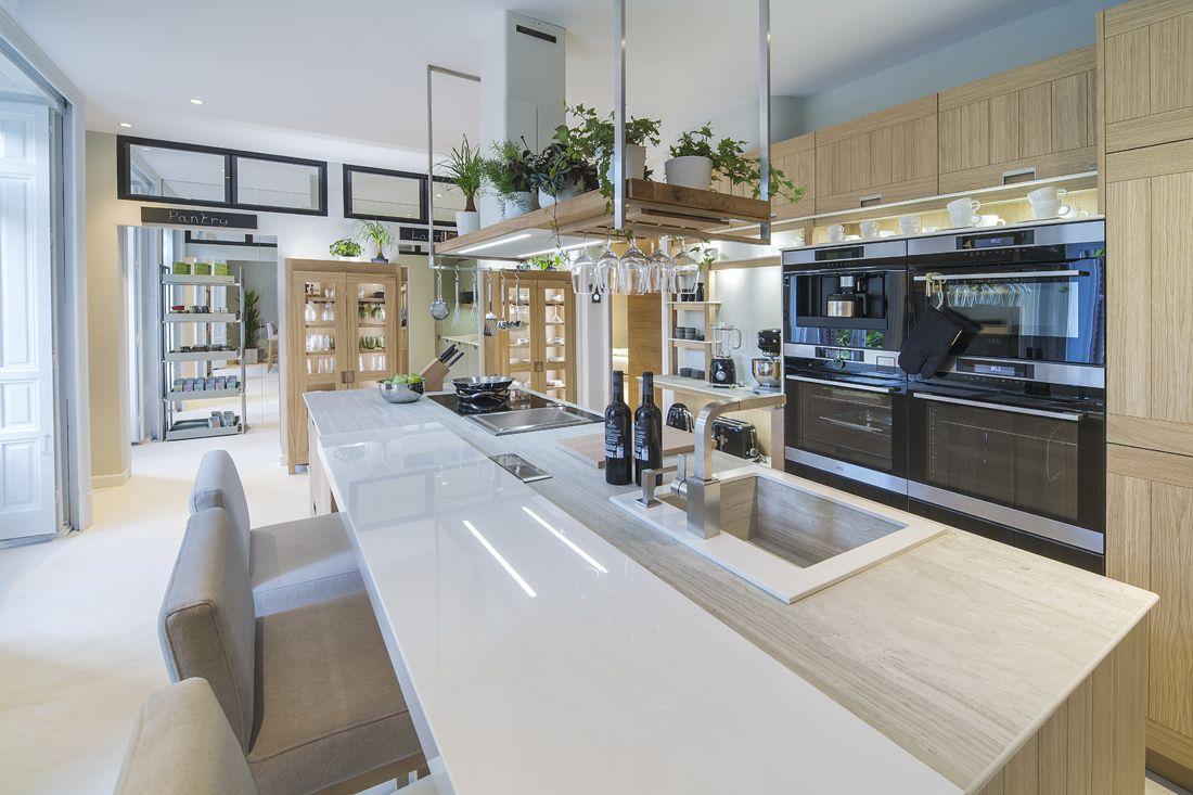 Bajo el diseño del interiorista Steven Littlehales, Línea 3 presenta ...