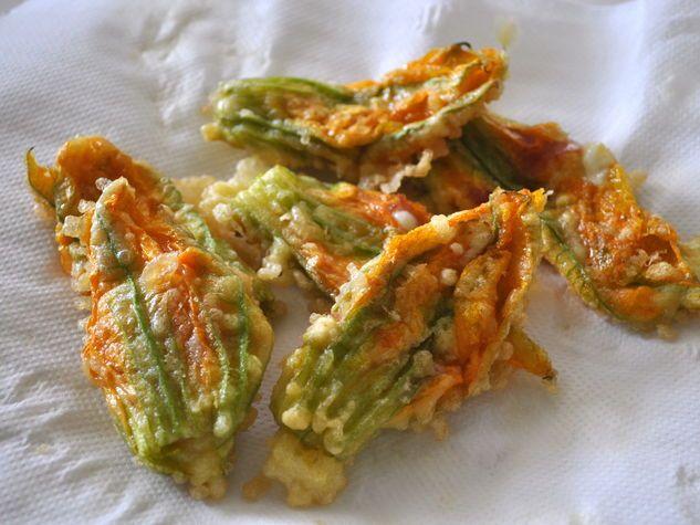 Fiori di zucca con ripieno di mozzarella e prosciutto - Zucchini flowers stuffed with mozzarella and prosciutto