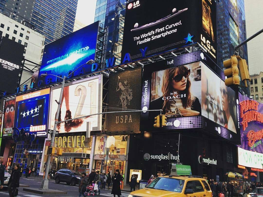 @visafactory -  Parte dos famosos luminosos da Time Square em Manhattan.  NYC é tudo aquilo que falam mesmo. Maravilhosa! Muitas opções para turismo e estudos.  I  NY  #ny #nyc #iloveny #newyork #manhattan #viajarépreciso #vistoamericano #vistoaprovado #vistos #visafactory #maiorviagem #aquelasuaviagem #efbrasil # by aquelasuaviagem