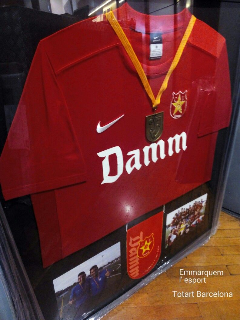 marco para #camiseta Futbol Club #Damm con medallas de Campeones ...