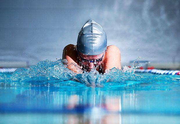Sportfotografie - Bei diesem Wort denkt man häufig gleich an professionelle Fotografen auf Sportevents. Doch tolle Sportfotos kann man auch als Hobbyfotograf selber machen. Schwimmer im Wasser #Sportfotografie #Weltolympiatag Tipps für gelungene Sportfotos gibt Fotos fürs Leben hier: http://www.fotos-fuers-leben.ch/fotokurs/event-fotografie/sportfotos-schnell-und-dynamisch/