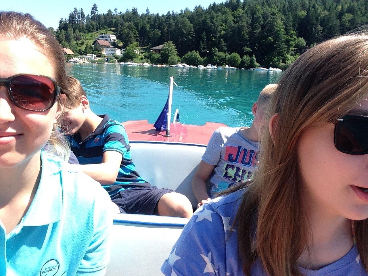 Entspannter Programmpunkt. Mit dem Jugendbetreuer unterwegs am Faaker See, mit dem E-Boot.