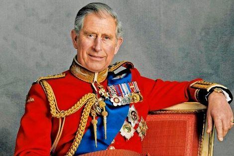 Carlos de Inglaterra posa en 2008 para la foto oficial de su 60 cumpleaños.