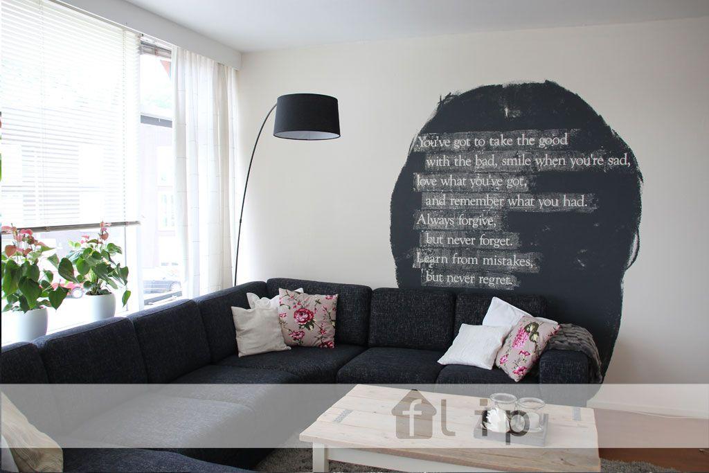 Woonkamer met originele tekst op de muur door Buro Flip, Facebook ...