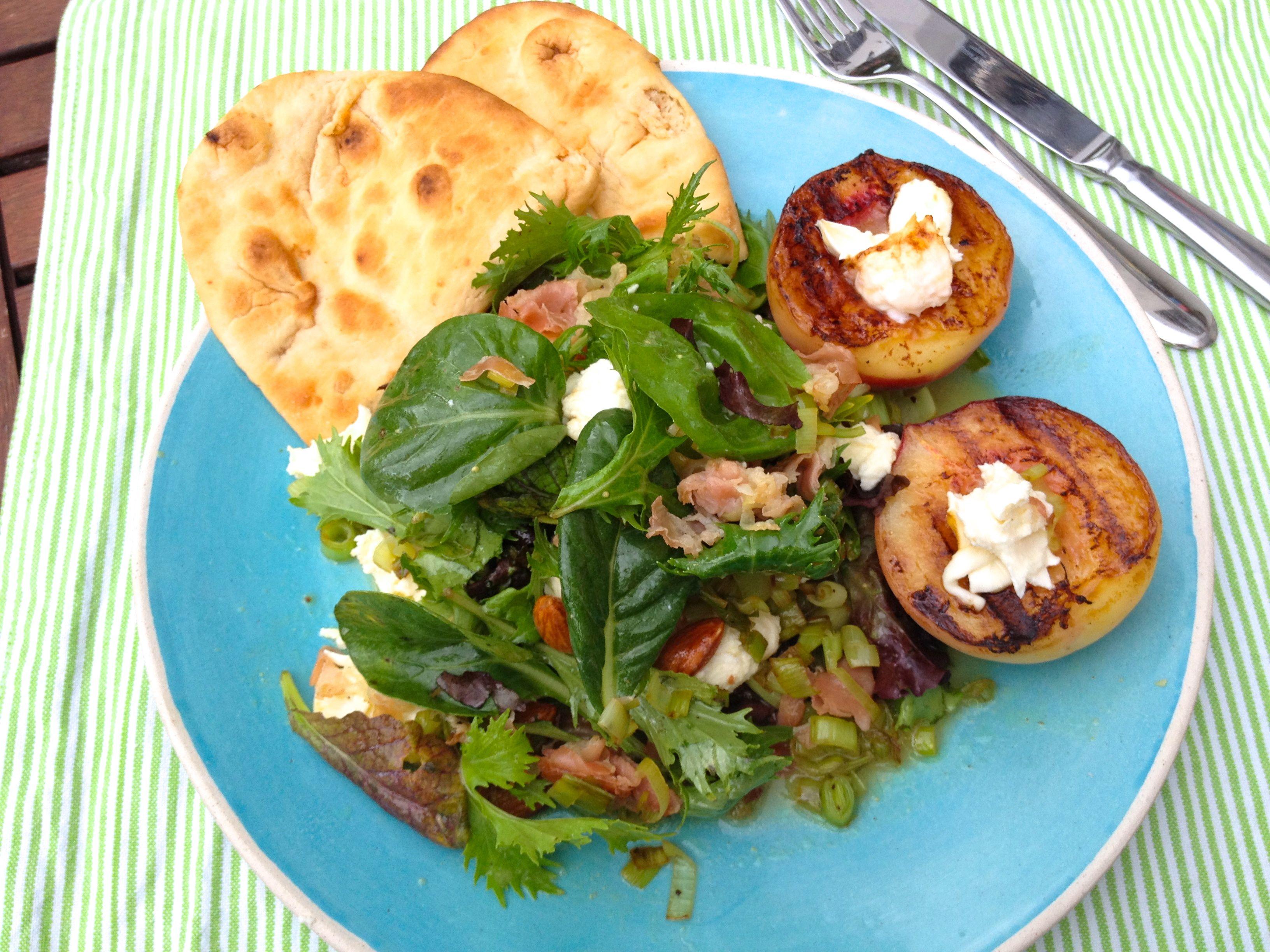 Sommerlicher Salat mit gegrilltem Pfirsich, Mozzarella und Fladenbrot  Freunde am Kochen