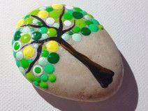 Ein buntes Baum am Stein