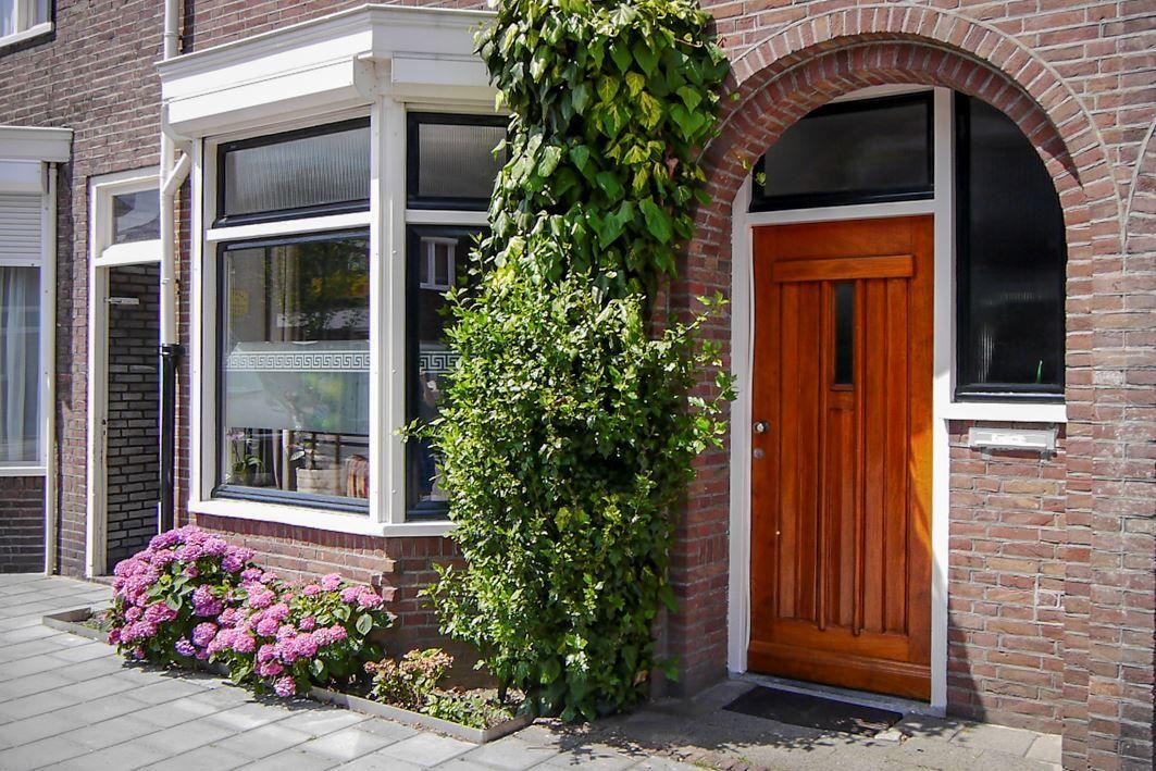 Jaren30woningen.nl | Voordeur en erker van een jaren 30 woning