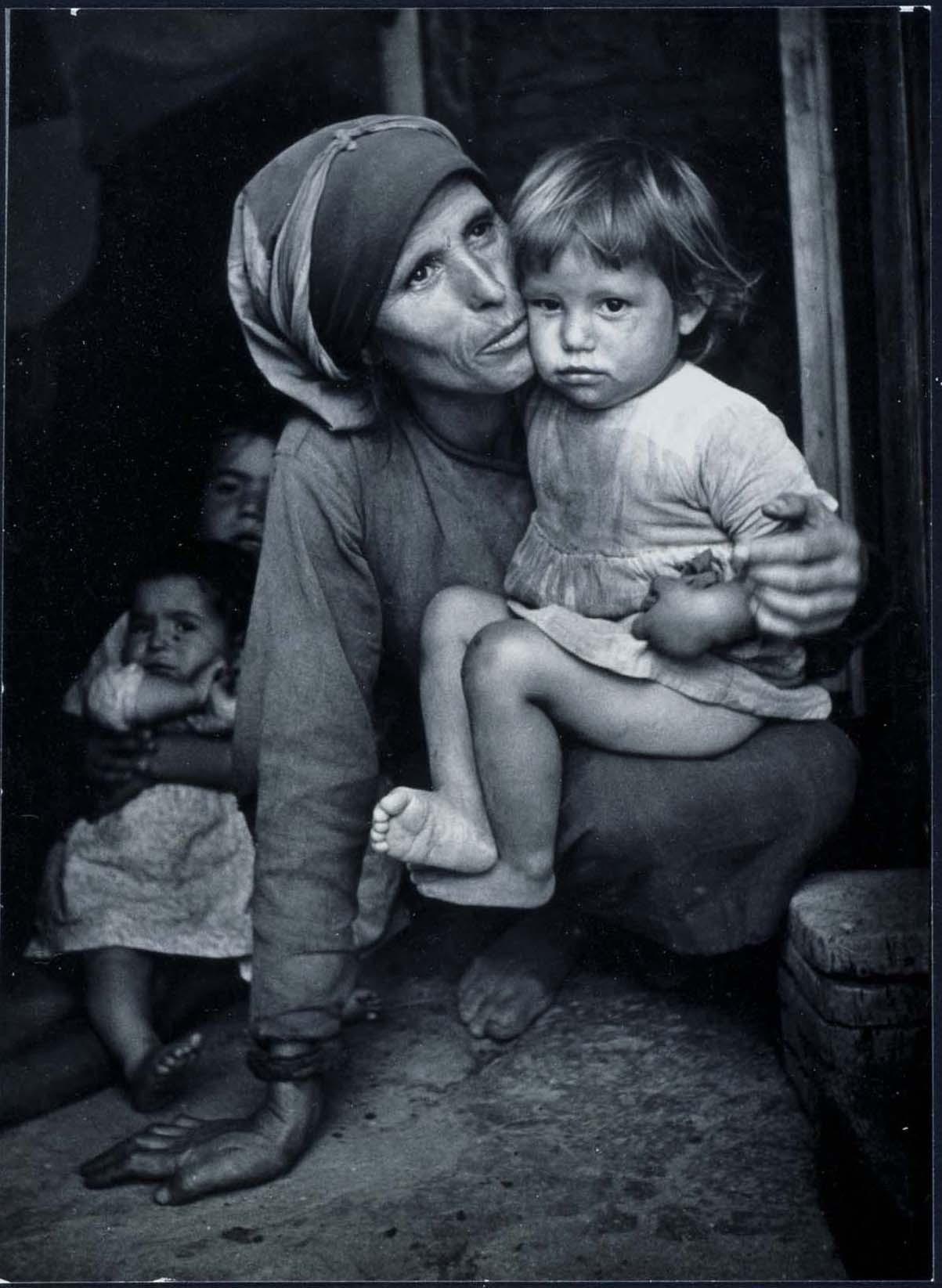 Mother and Child (Madre e hijo) William Eugene Smith Serie:  Spanish Village (Pueblo español) Fecha:  1950 / Copia posterior Reina Sofía.