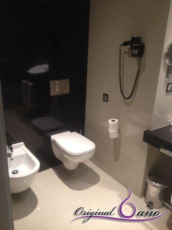 Ba os modernos de hoteles con inodoro suspendido cisterna for Productos para el bano