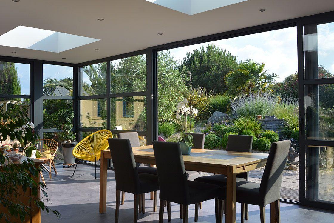 Veranda extension de maison très vitrée en aluminium gris ...