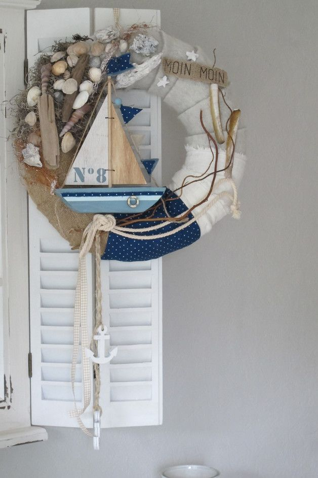 Photo of Maritimer Kranz mit Filz, Muscheln, breitem gepunktetem Band, vielen Muscheln un…