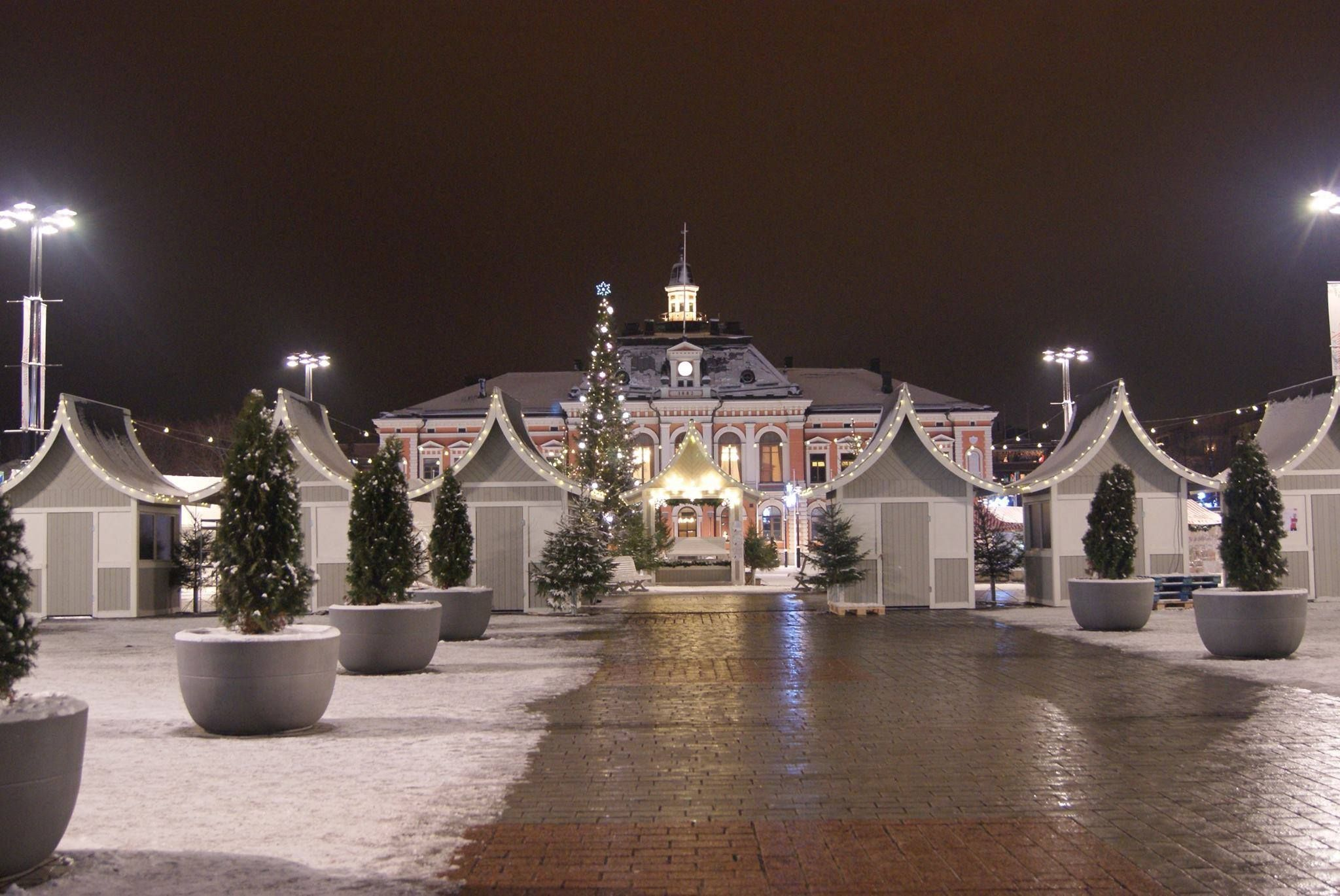 Christmas huts at the Kuopio marketplace and the City hall in the background. Kuopio, Finland 15th December 2014. Photo by Jorma Parviainen.