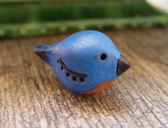 Uccello in miniatura statuetta Bluebird Folk Art capriccioso uccello a mano folcloristico scultura rustico Blu natura ispirato oggetto d'arte di argilla polimerica