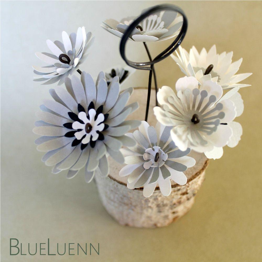 Porte-photo, fleurs en papier et fil de fer sur rondin de bois - création BlueLuenn - www.blueluenn.com