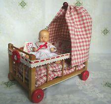 Puppenstube Babybett  L 19,5cm mit Räder Himmelbett Gitterbett 40er J. mit Puppe
