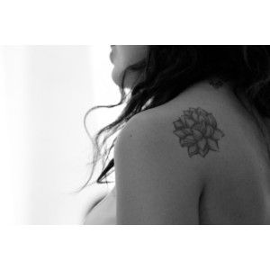 37d2ab083f5ed Lotus Flower Tattoo Shoulder Blade FloweryWeb | Works of art | Black ...