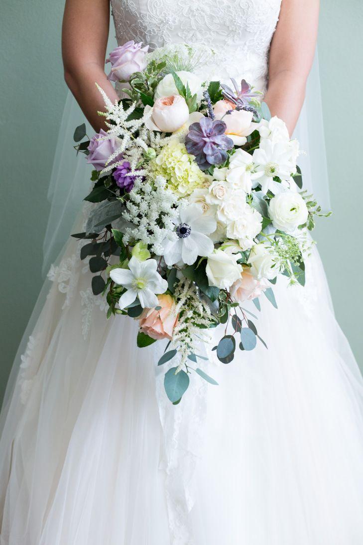 Mooi romantisch bruidsboeket met wilde bloemen