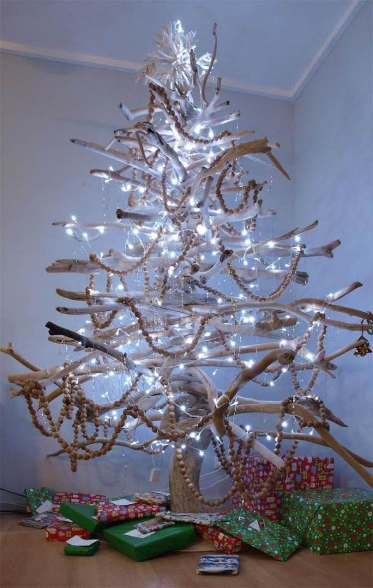 fantastisch Moderne Weihnachtsdeko Holz Part - 6: moderne-weihnachtsdeko-basteln-selber-machen-christbaum-treibholz-holz -lichterkette-geschenke-licht