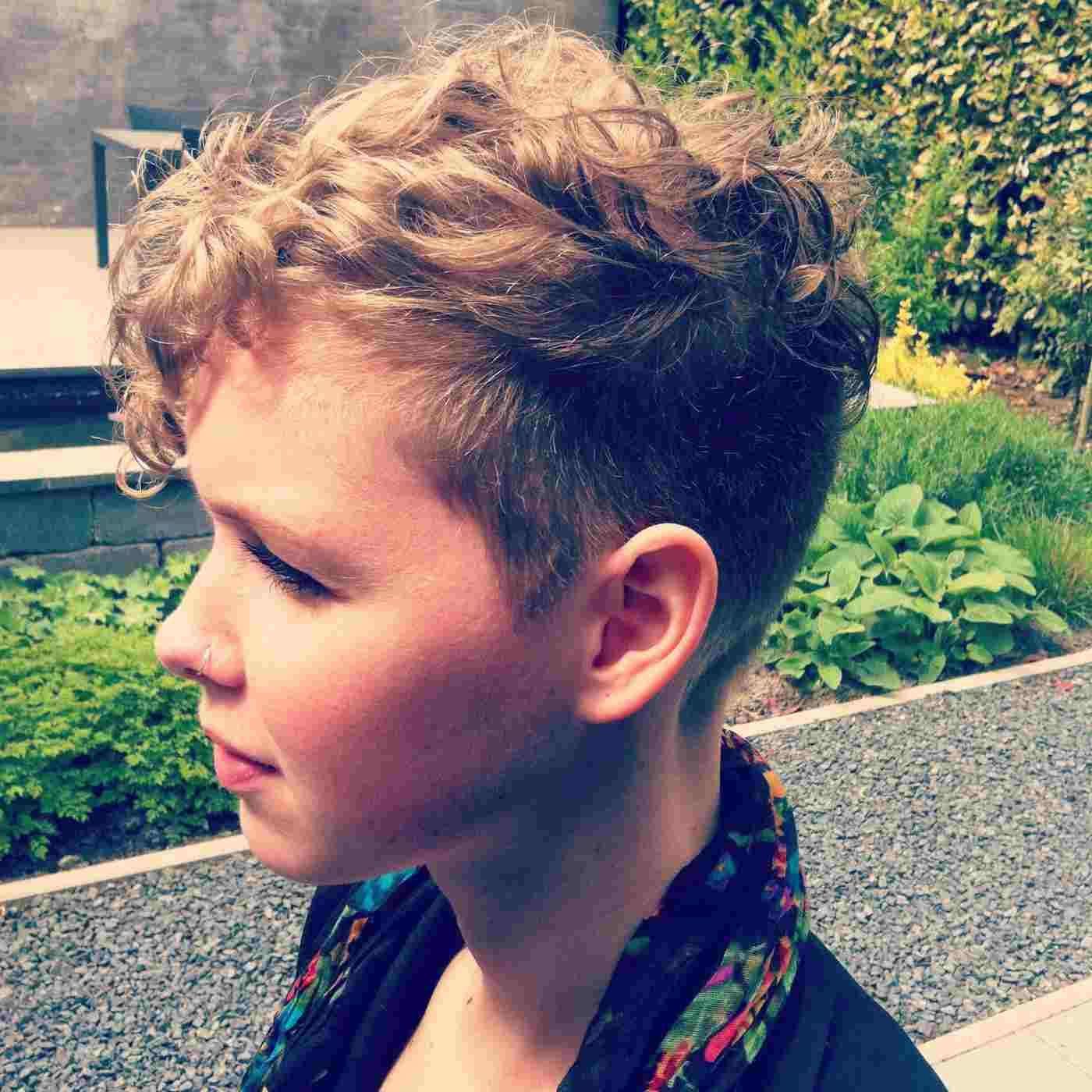 Jungs Mit Locken 30 Susse Und Pflegeleichte Kinderfrisuren In 2020 Kinderfrisuren Lockige Frisuren Kinder Frisuren