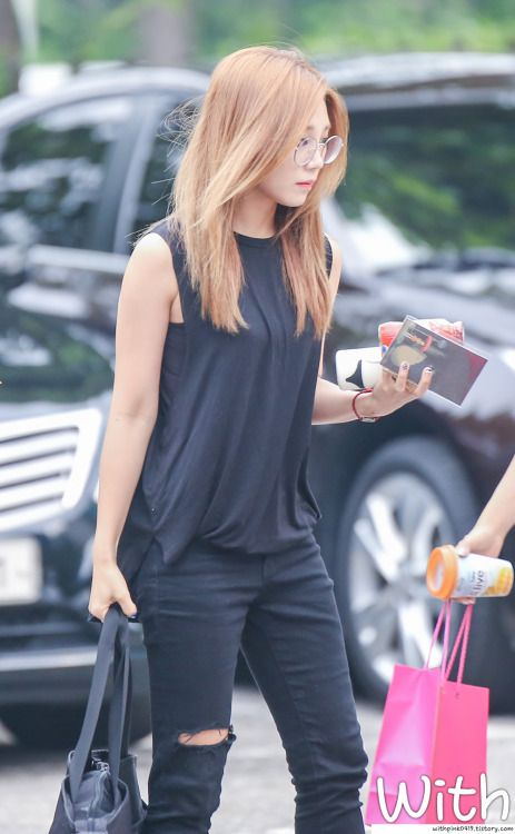 I love love love eunji's outfit here ♥ So simple, yet so effective.