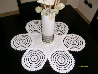 My way to use doilies: apply them  on a linen fabric to create a centerpiece