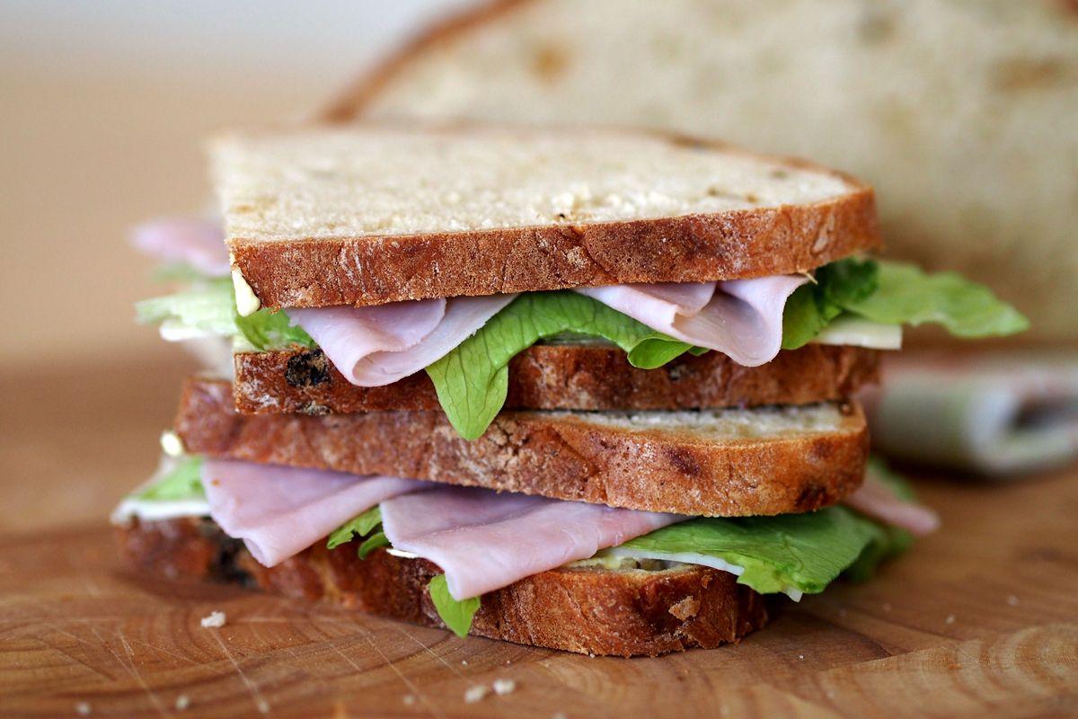"""Bierbrot mit Zwiebeln und Käse, belegt mit Schinken, Käse, Salat und Honig-Senf-Frischkäse - """"Fee ist mein Name"""""""