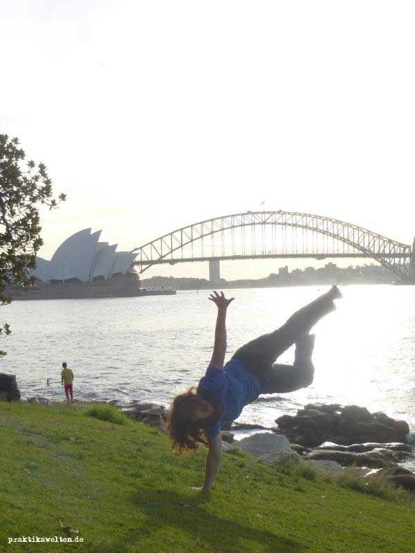 Anna vor dem Sydney Opera House in Sydney, NSW, während ihres #WorkandTravel Aufenthalts. Ein definitives Must See Australiens!