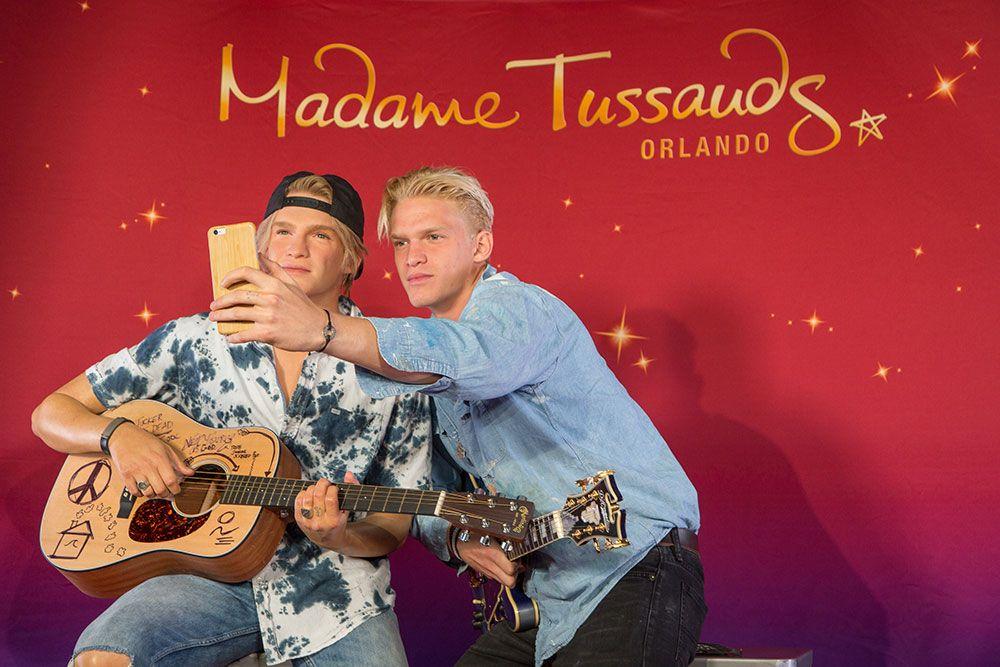 O cantor e compositor australiano Cody Simpson esteve cara a cara com a sua nova estátua de cera do museu Madame Tussauds Orlando. Além disso, os fãs presentes ao evento tiveram a oportunidade de participar de...