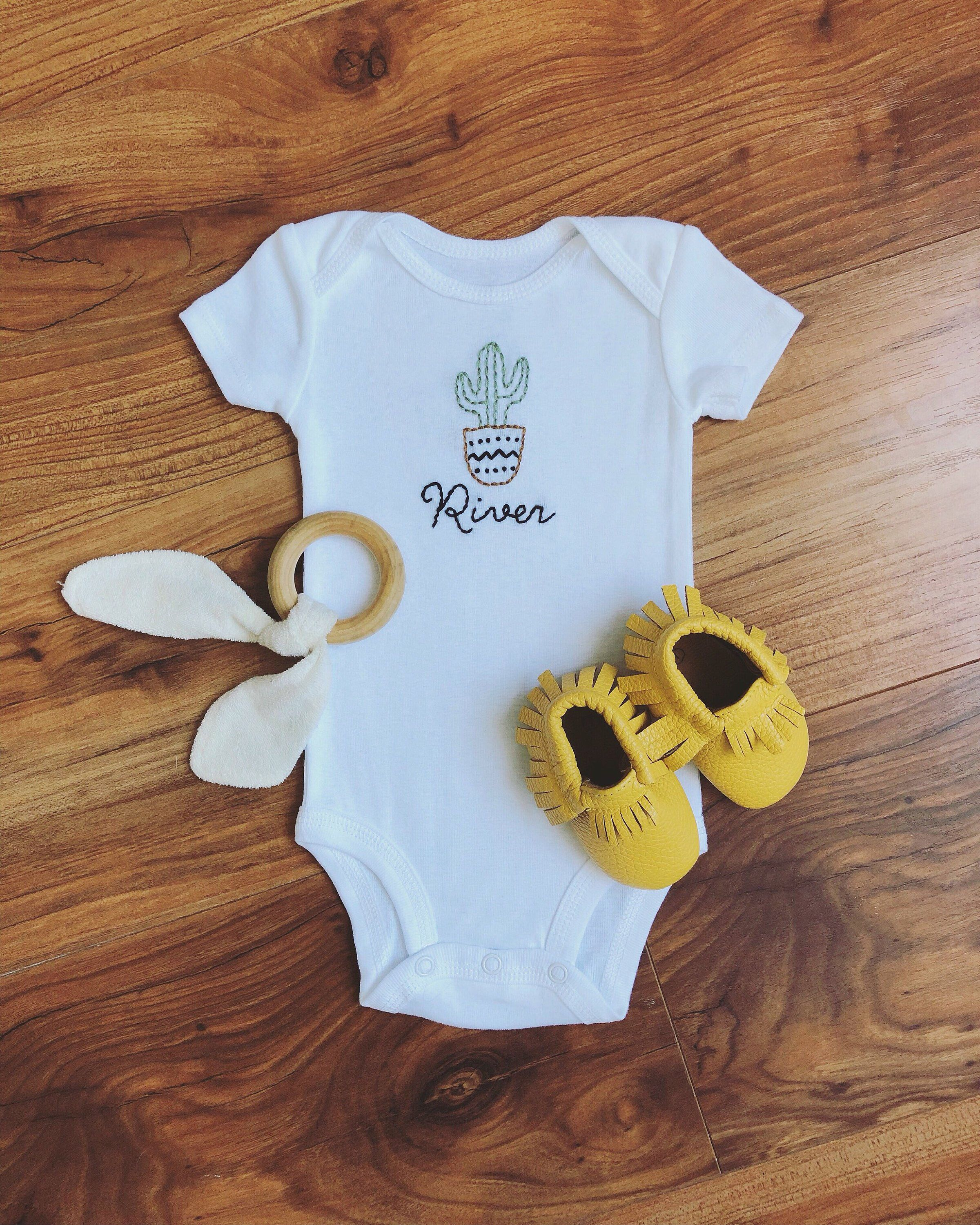 *Great Baby Gift* Personalised /'Love Me/' Babygrow Embroidered on Back /& Front